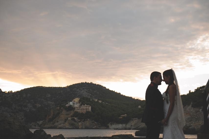 Recien casados en una puesta de sol